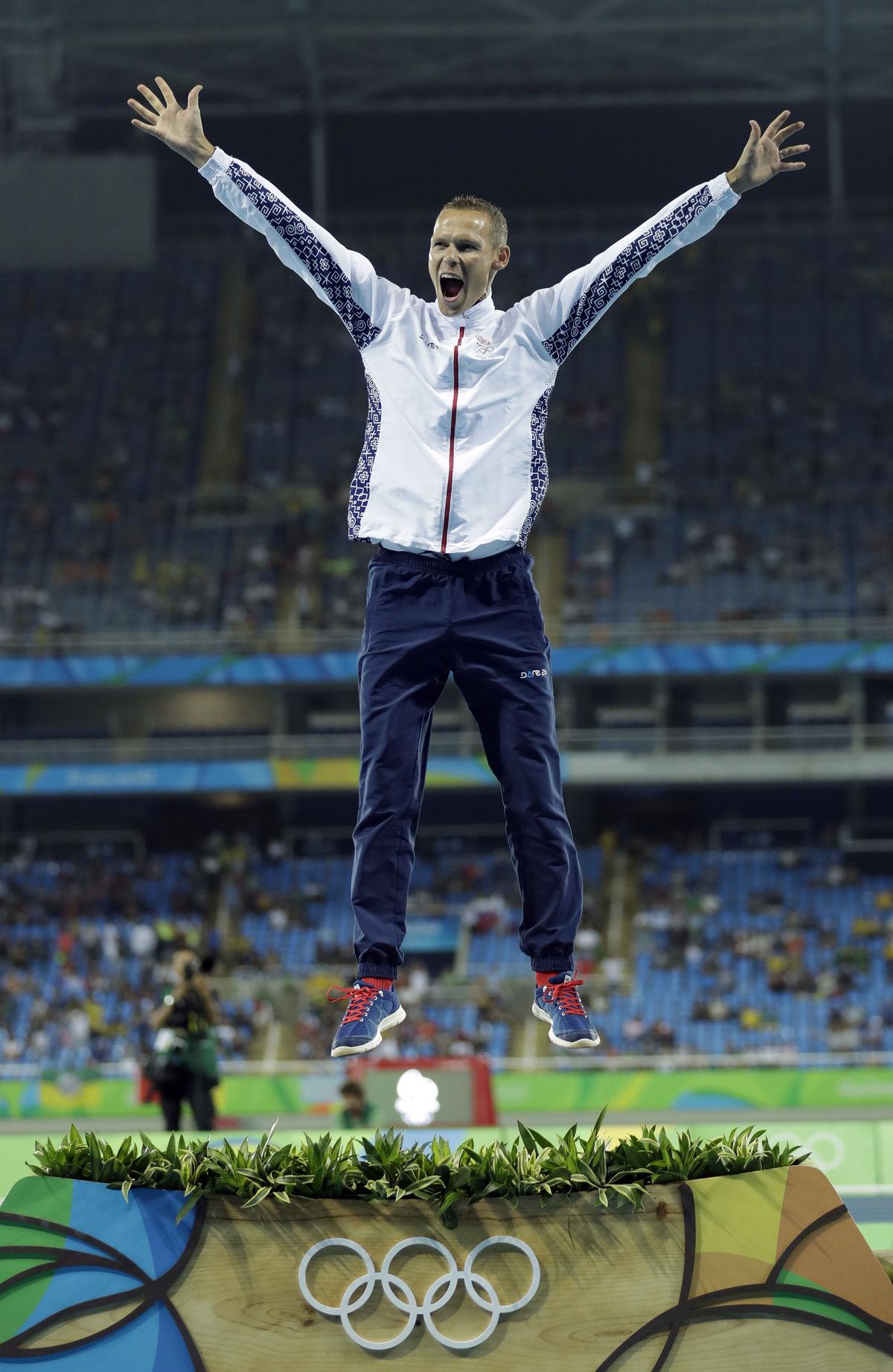 Pódiový výskok zlatého Mateja Tótha pred medailovým ceremoniálom na Olympijskom štadióne v Riu.
