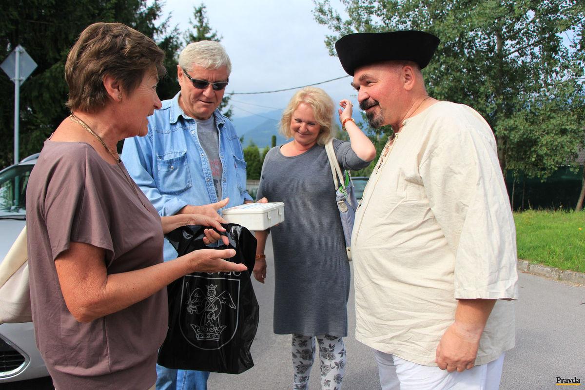 Pred odchodom z Lipovca, nielen povzbudivé slová, ale aj oldomáš dostal na cestu Jano Cíger od kamarátov a známych. Na snímke akademický maliar Peter Popelka a poslankyňa obecného zastupiteľstva v Lipovci Vlasta Kevická (vľavo).