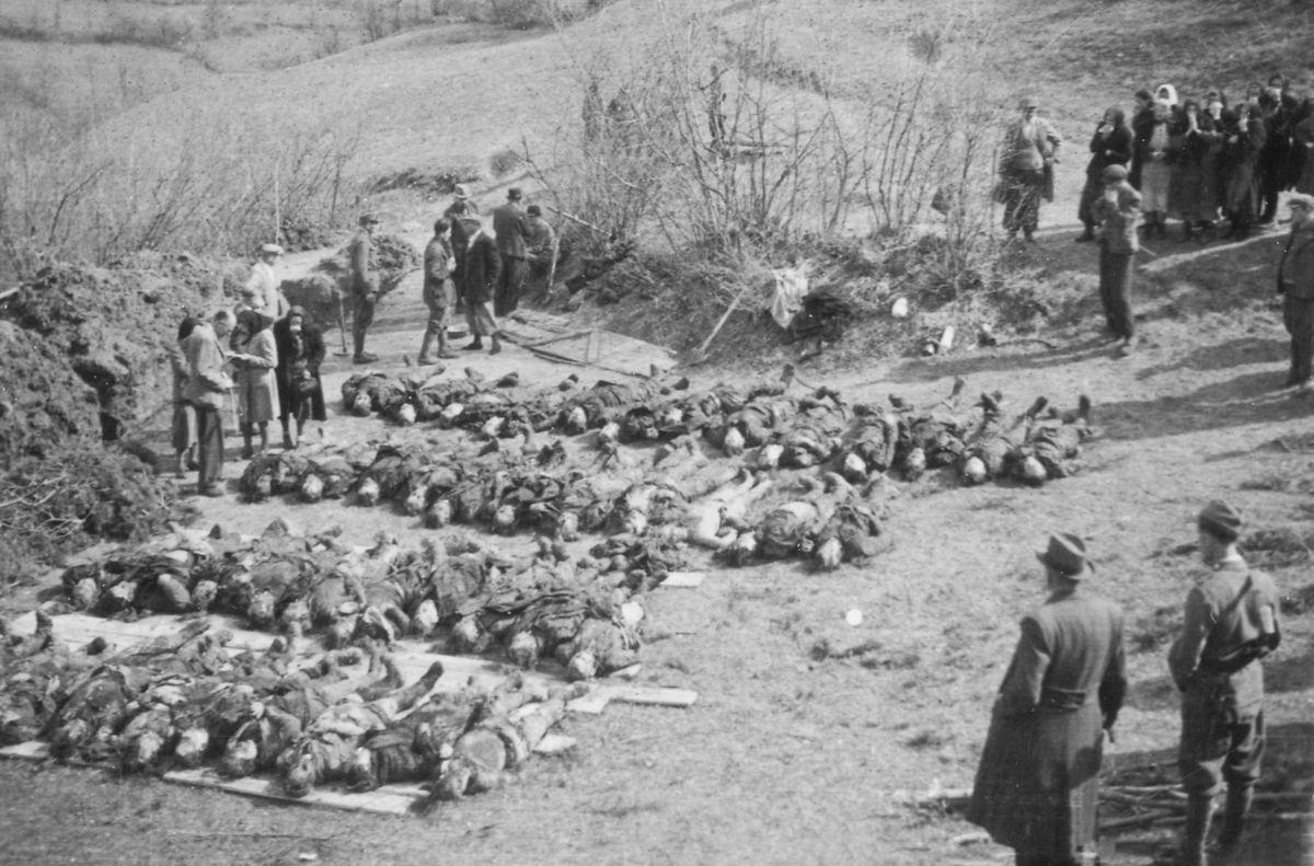 Povojnová exhumácia masových hrobov v Kremničke.
