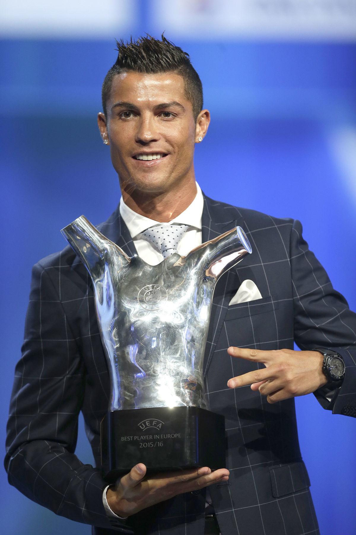 Cristiano Ronaldo s trofejou.