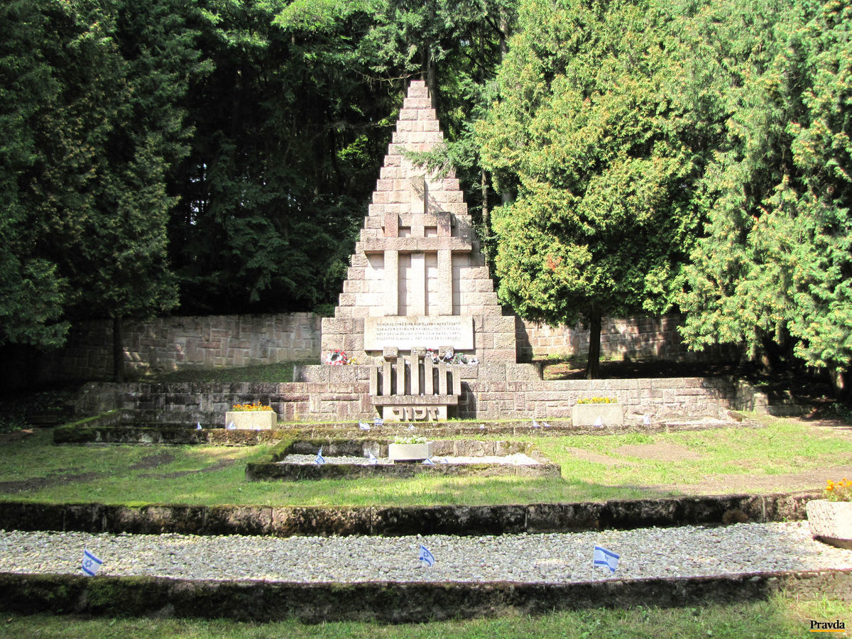 Pamätník zavraždených obetí v Kremničke, ktorý v roku 1947 navrhol významný slovenský architekt Dušan Jurkovič.