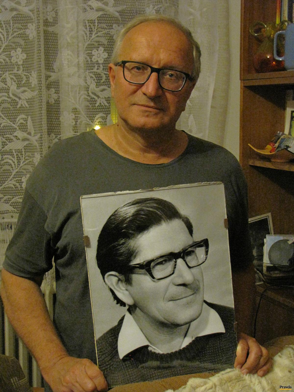 Ludvík Nábělek s fotografiou svojho otca Ľudovíta.