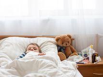 dieťa, plyšák, posteľ, choroba