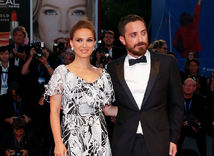 Pablo Larrain pózuje s herečkou Natalie Portman