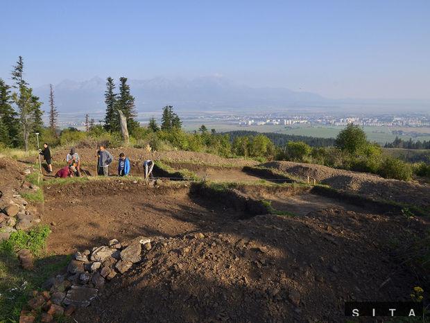 Pohľad na miesto archeologického výskumu v lokalite Zámčisko nad Popradom.