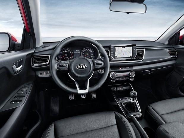 Interiér prekvapuje dizajnom aj kvalitou spracovania. Dominuje mu multimediálne rozhranie HMI, ktoré zredukovalo počet tlačidiel, a multifunkčný volant. Palubná doska je mierne natočená na vodiča.