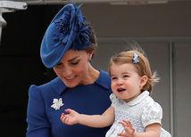 Vojvodkyňa z Cambridge Catherine nesie v náručí svoju dcérku - princeznú Charlotte.