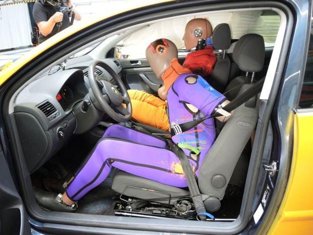 Problémom je aj to, že pri náraze zo strany spolujazdca nedôjde k aktivácii napínačov bezpečnostných pásov vodiča. Ten sa následne zrazí s druhým členom posádky, čo môže mať vážne následky.