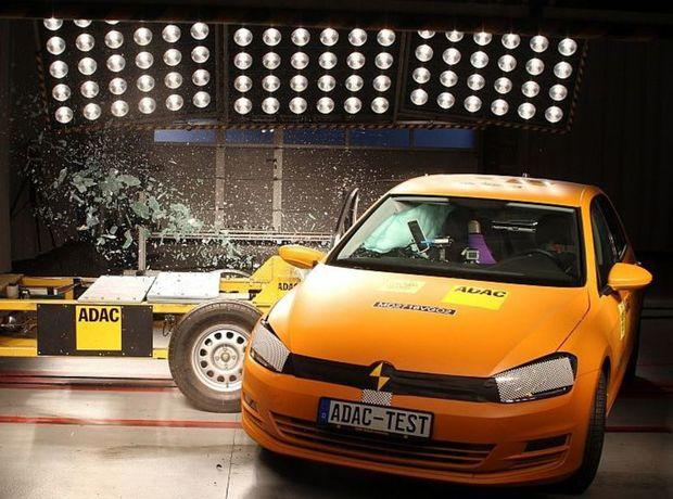 Bočný nárazový test z pravej strany vozidla, ktorý metodika Euro NCAP nevyžaduje, ukázal, že spolujazdec je chránený horšie ako vodič. Toto je prípad Golfu.