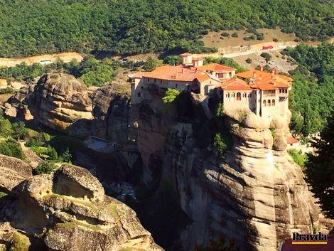 Do Grécka v zime? Objavte obydlia zo skál a kláštory v oblakoch, kam sa mnísi šplhali