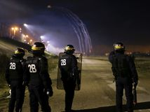calais, utečenci, migranti, polícia, protest, demonštrácia,