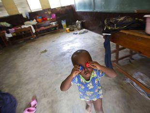 Hurikán Matthew, Karibik, dieťa, hra, vrchnáky, oči