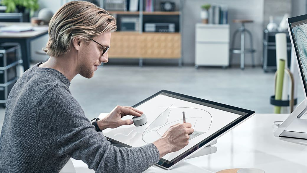 Jednou z najvýraznejších noviniek Microsoftu je ovládač Surface Dial s hmatovou odozvou (na obrázku).