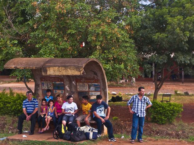 Ľudia čakajú na autobus.
