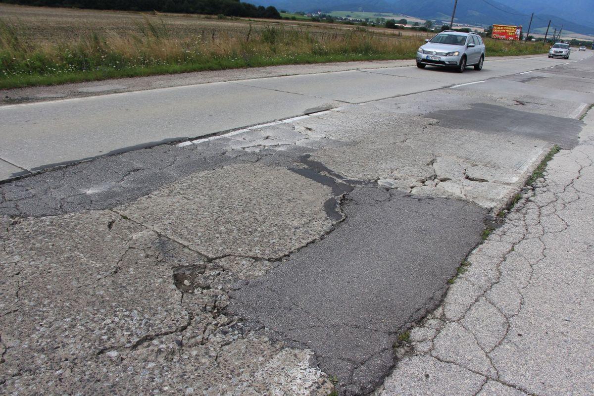 Panelová cesta cez Turiec sa vždy len látala po kúskoch. Jej stav sa nedá označiť inak ako havarijný.