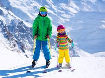 hory, zima, sneh lyžovačka, lyžovanie, lyžiari, zimný šport, deti, malí lyžiari