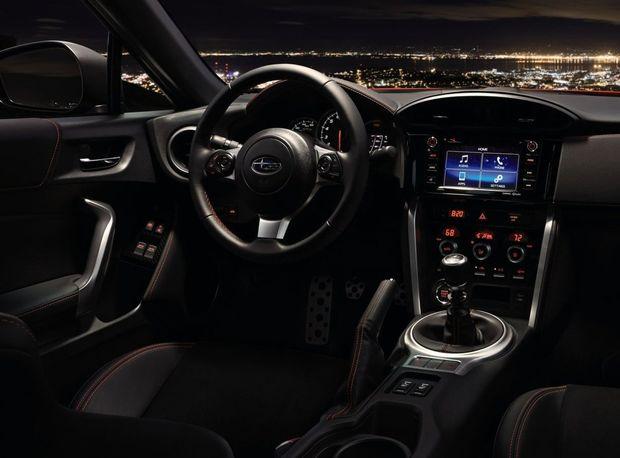 Interiér má prepracovaný prístrojový panel so 4,2-palcovým multiinformačným displejom, ktorý zobrazuje aj športové údaje, napríklad úroveň bočného preťaženia.