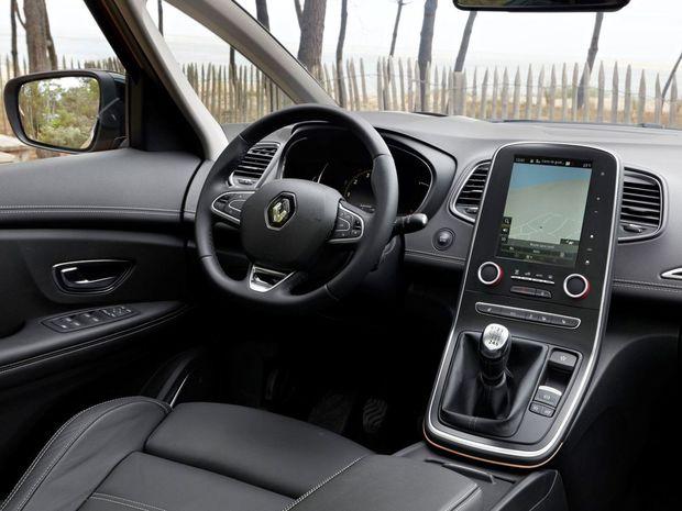 Interiér má konečne klasické usporiadanie. Prístrojový panel je priamo pred vodičom. V centre palubnej dosky nájdeme 7- alebo 8,7-palcový monitor rozhrania R-Link.