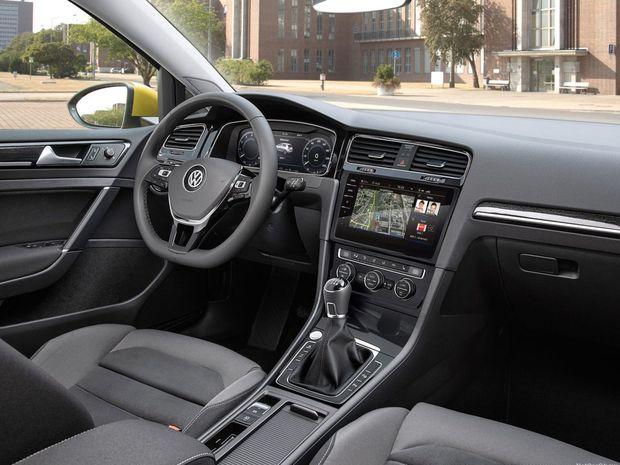 """Interiér """"hviezdi"""" elektronikou. Nový je prístrojový panel s 12,3-palcovým displejom, namiesto analógových ukazovateľov aj dotykové rozhrania vrátane najvyššej úrovne Discovery Pro s 9,2-palcovou obrazovkou."""