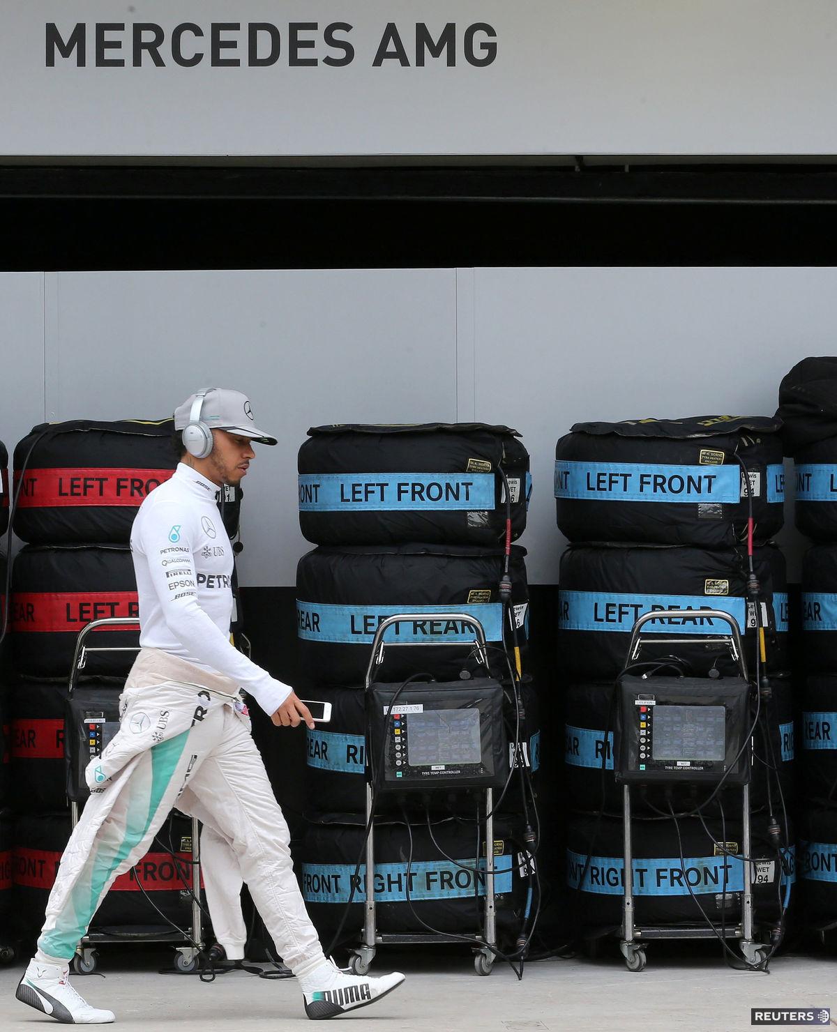 Lewis Hamilton pred kvalifikáciou VC Brazílie.
