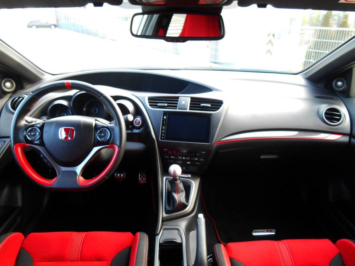 Interiéru dominujú červené doplnky.