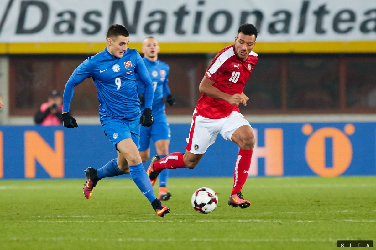Zľava: Matúš Bero zo Slovenska a Karim Onisiwo z Rakúska.