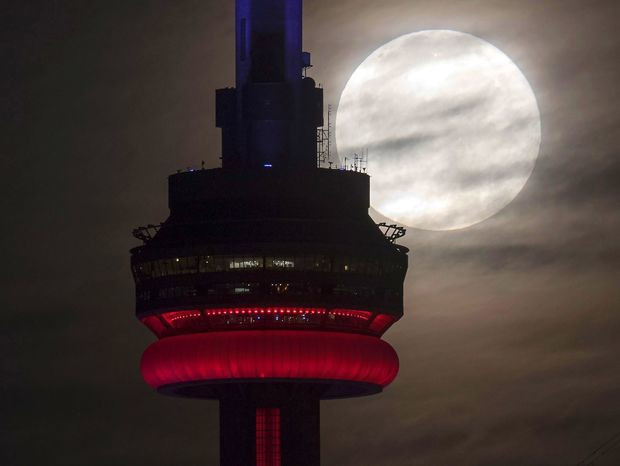 Supermesiac nad vežou CN tower v Toronte.