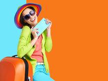 cestovanie, cestovateľka, dovolenka, turistka, kufor, klobúk, pas, cestovný doklad, slnečné okuliare, smiech, úsmev