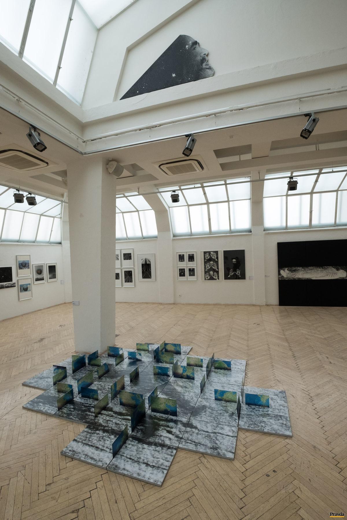 V rámci Mesiaca fotografie v Bratislave predstavuje Rudolf Sikora svoj pulzujúci vesmír na výstave Sám s fotografiou.