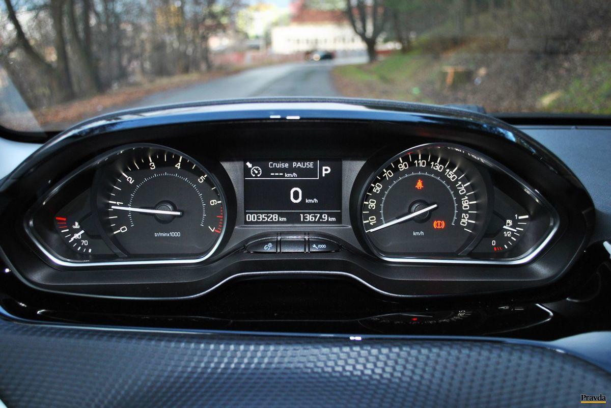 Informácie o rýchlosti, otáčkach a iných podrobnostiach sú umiestnené nad volantom.