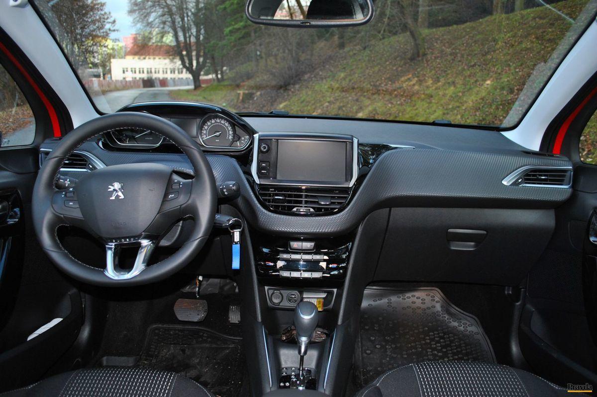 Peugeot 208 má typicky malý volant.