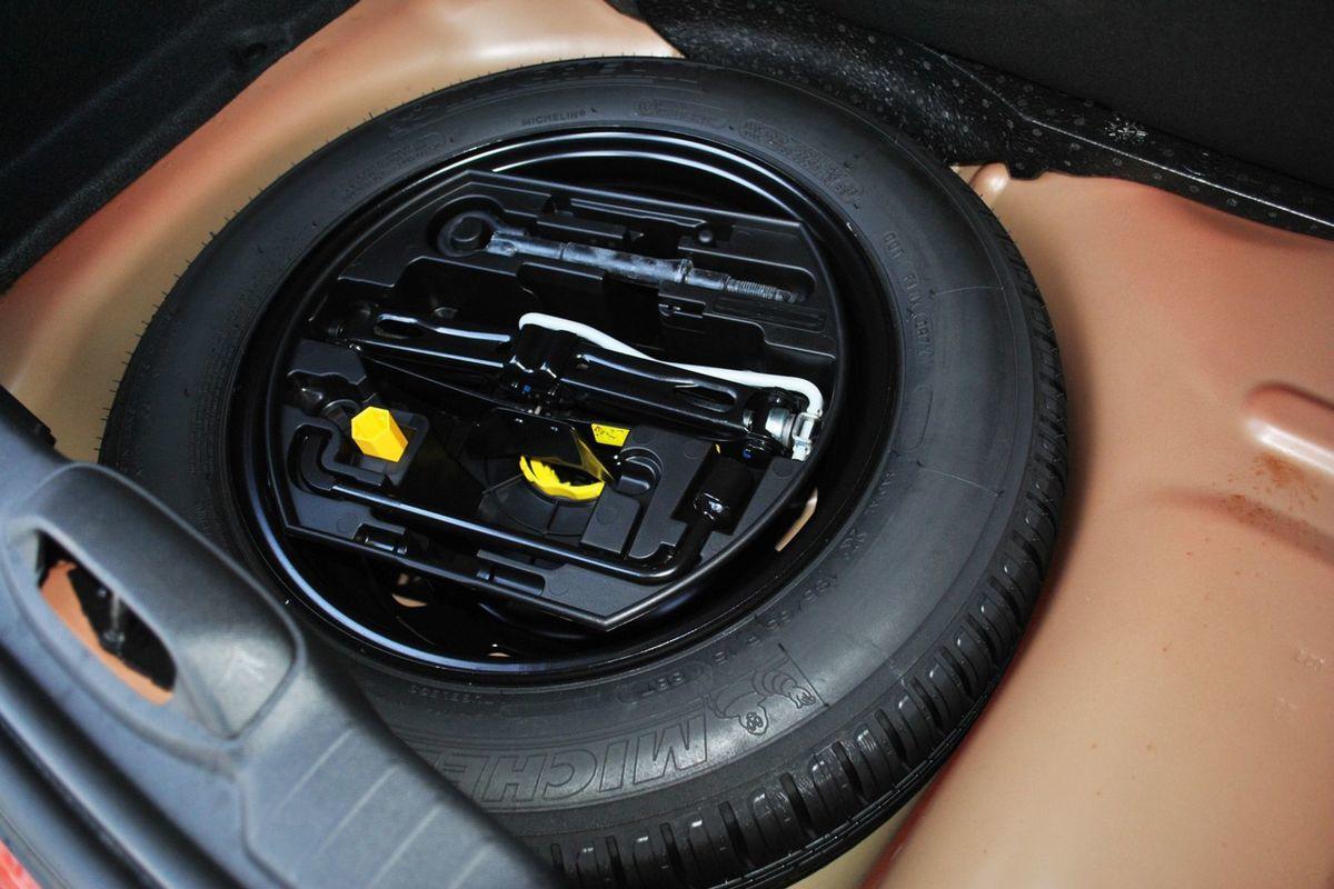 Plnohodnotná rezerva? To sa dnes už len tak nevidí. Motory BlueHDI majú však len dojazdové koleso.