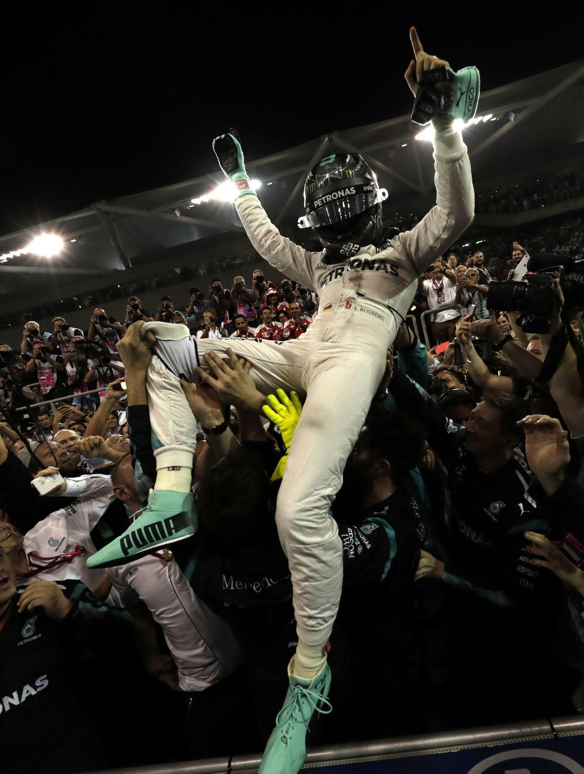 Nico Rosberg oslavuje svoj prvý titul majstra sveta.