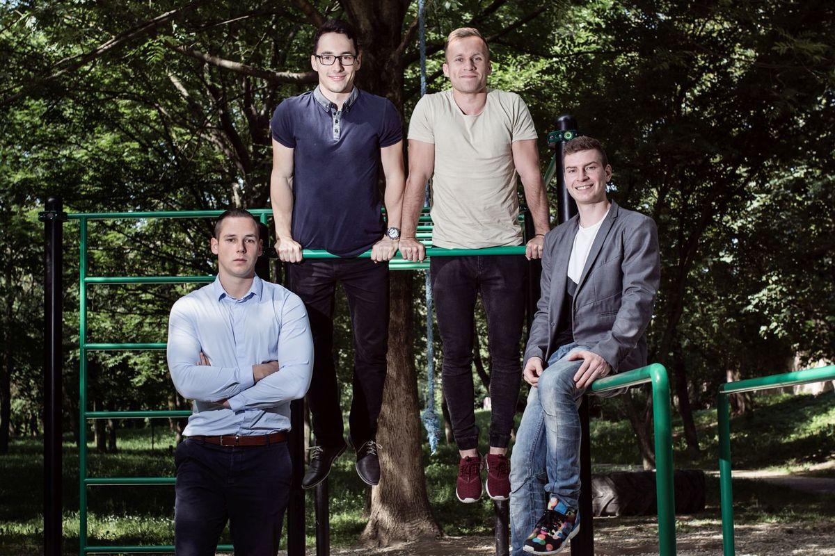 Za firmou Octago, ktora stavia ihriská, kde možno cvičiť s vlastnou váhou, stoja štyria mladí študenti. Na fotografii zľava Timotej Keher, Dušan Matuška, Martin Malast, Marko Rybárik.