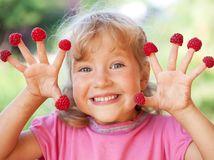 dieťa, ovocie, maliny, zdravá strava