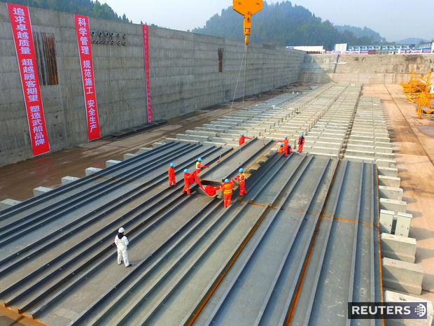 Čínski robotníci stavajú repliku slávneho Titanicu.