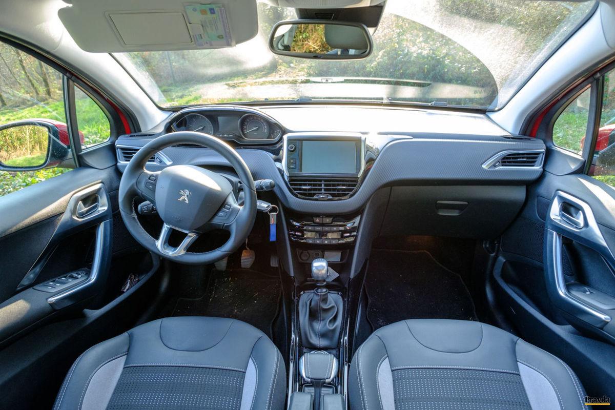 Prednej časti interiéru dominuje dotykový displej a volant s malým priemerom.