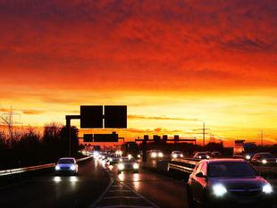 diaľnica, autá, doprava, večer, cesta, premávka, šoféri, šoférovanie, vodiči