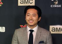 Herec Steven Yeun na premiére seriálu Walking Dead.
