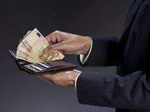 Mocní a bohatí majú čoraz viac, chudobných pribúda