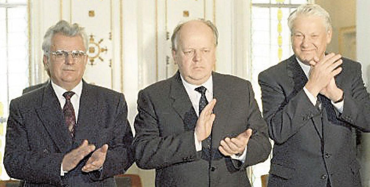 Zľava Leonid Kravčuk, Stanislav Šuškevič a Boris Jeľcin po podpísaní bielovežských dohôd 8. decembra 1991.