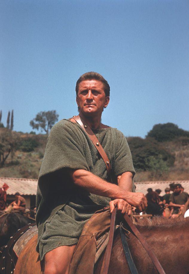 Kirk Douglas sa mnohým vybaví ako rímsky otrok Spartakus v rovnomennej snímke z roku 1960.