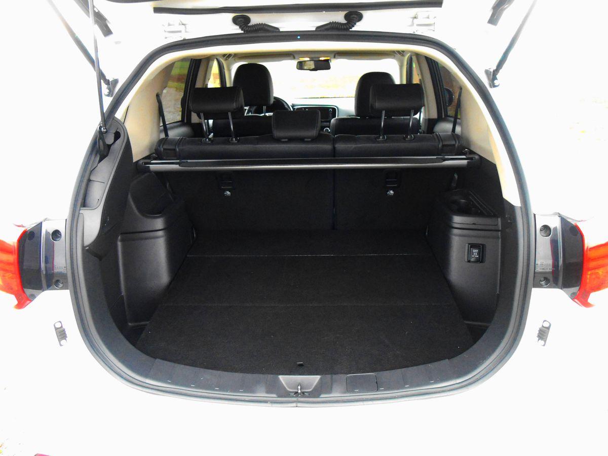 Objem batožinového priestoru je len 451 litrov, pričom súčasťou výbavy nie je ani dojazdové rezervné koleso.