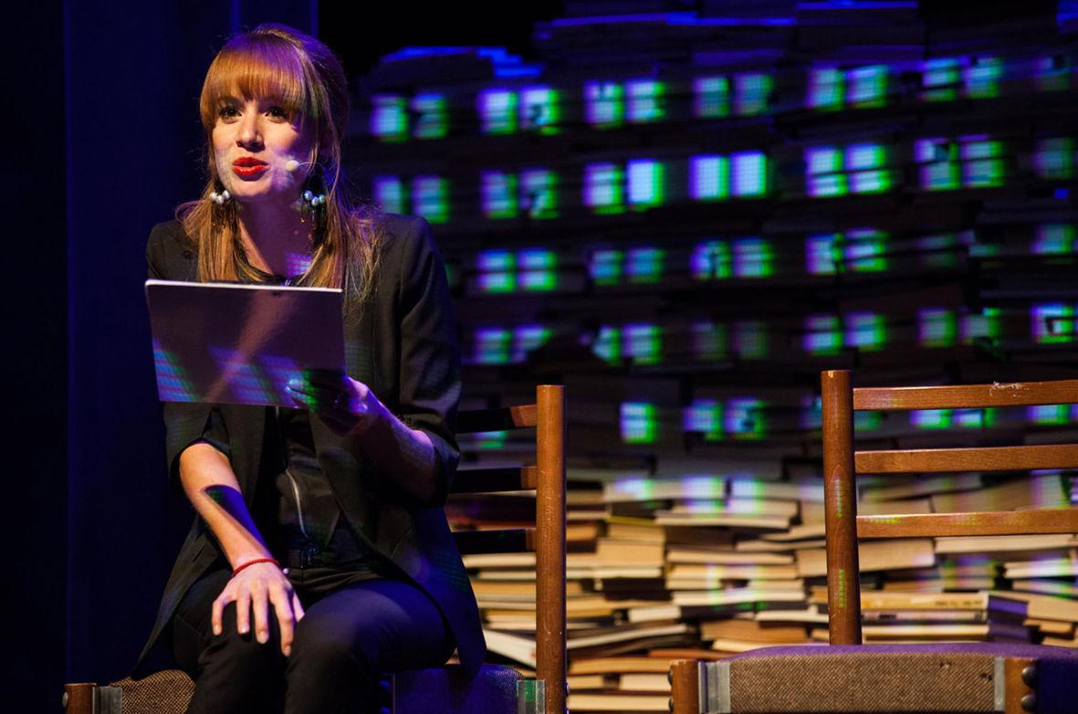 Táňa Pauhofová číta knižné ukážky počas literárnej súťaže Anasoft litera 2012.