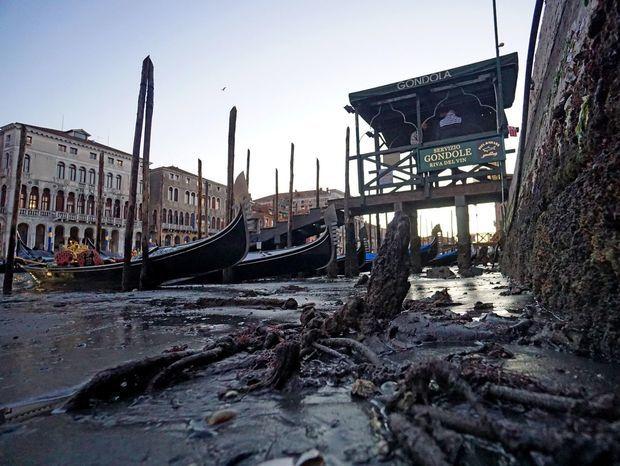 Takto to vyzerá neďaleko slávneho mosta Rialto v Benátkach.