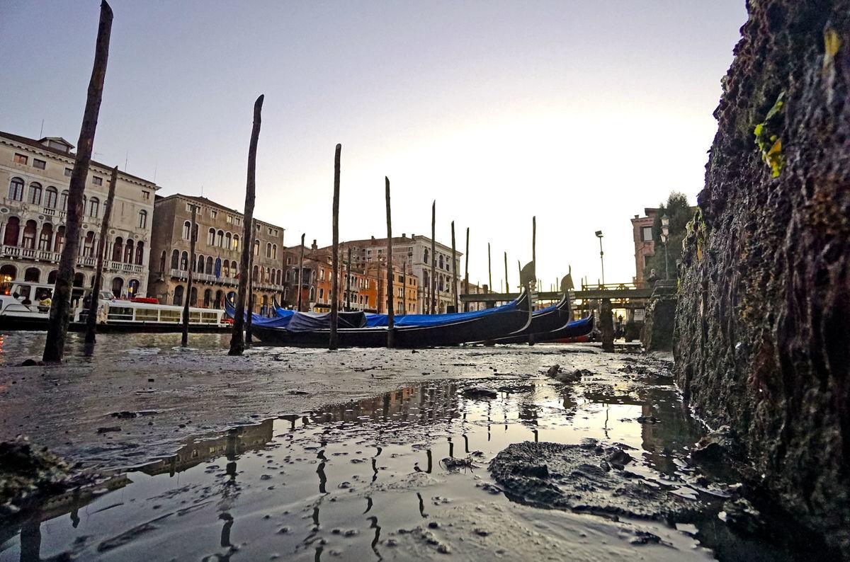 Nezvyčajne nízka voda v benátskych kanáloch odhalila zablatené dno.