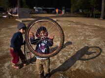 Grécko, migranti, koleso, deti, hra, Sýrčania