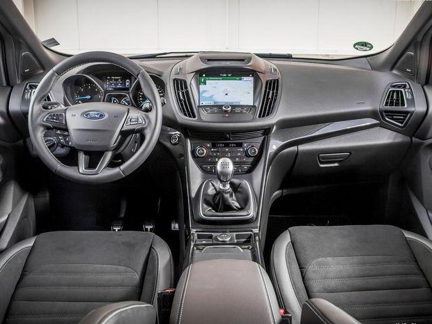 Najväčšou novinkou interiéru je 8-palcová dotyková obrazovka rozhrania Sync 3, nový vyhrievaný volant a prepracovaný panel klimatizácie. Manuálnu parkovaciu brzdu nahradila elektrická.