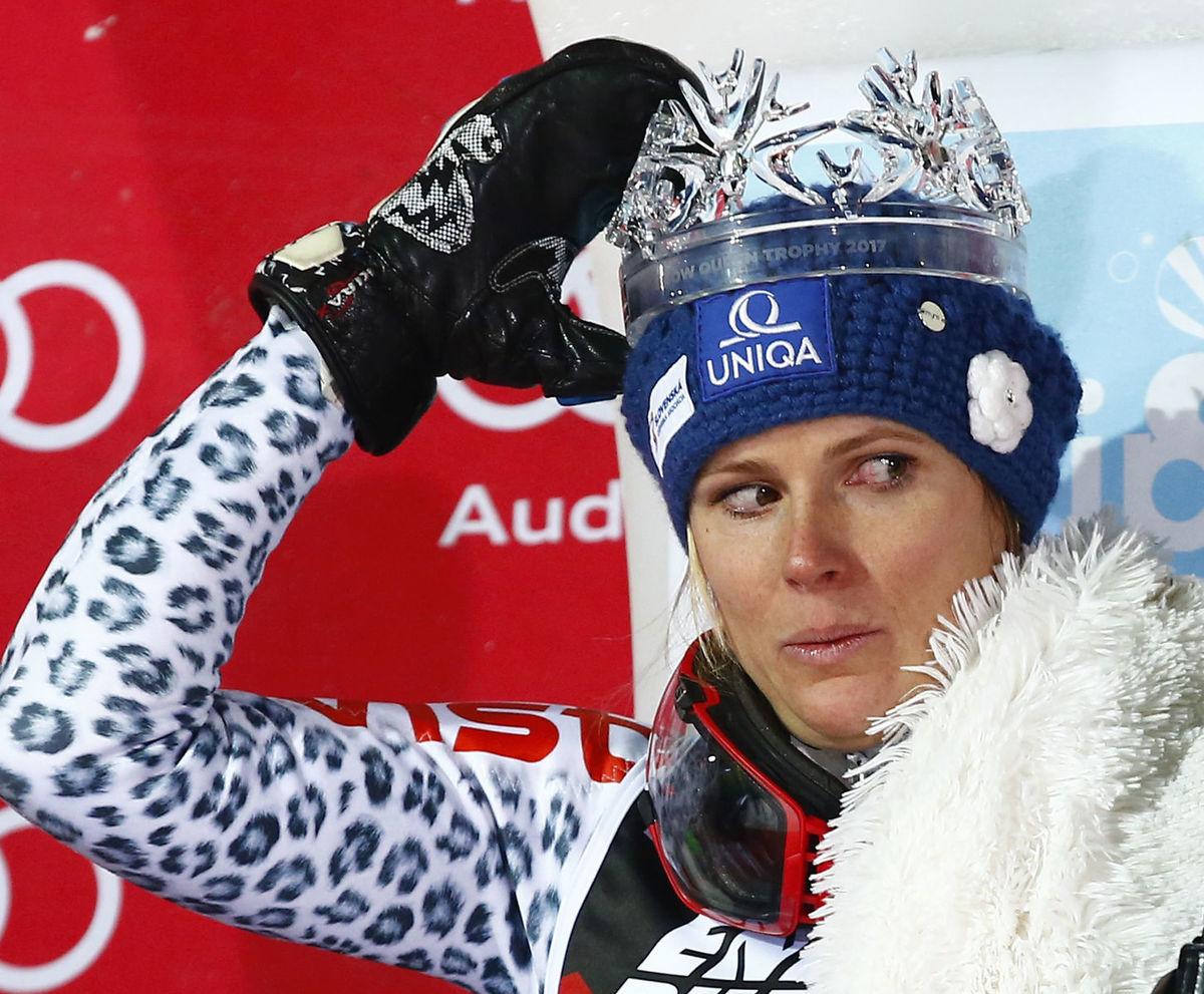 Slovenská lyžiarka Veronika Velez-Zuzulová s víťaznou korunkou.