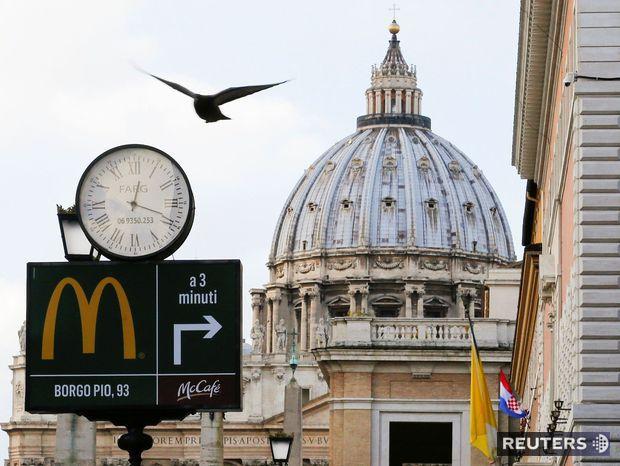 McDonald's tesne vedľa Svätopeterského námestia podľa niektorých kardinálov pôsobí vulgárne.